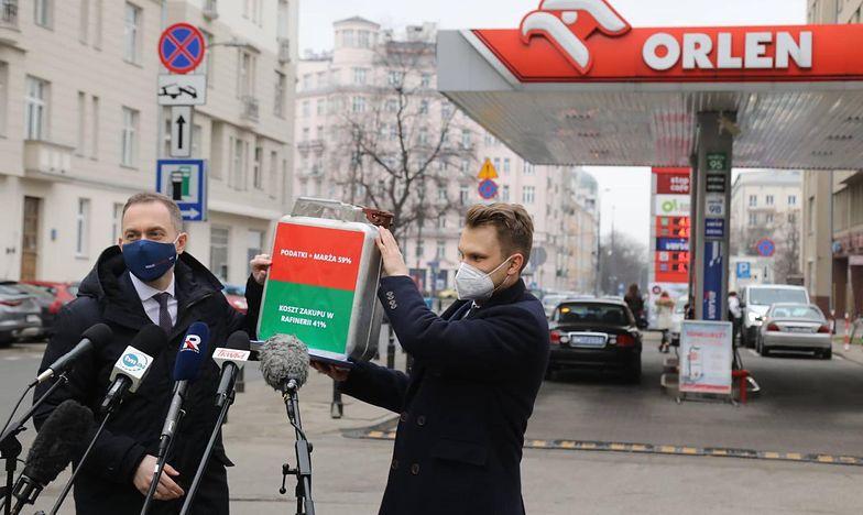 """Ceny paliw """"za PiS"""" i """"za PO"""". Obalamy mity"""
