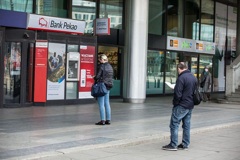 Polacy ruszyli do bankomatów po gotówkę. W pierwszym kwartale 2020 r. w obiegu przybyło 30 mld zł.