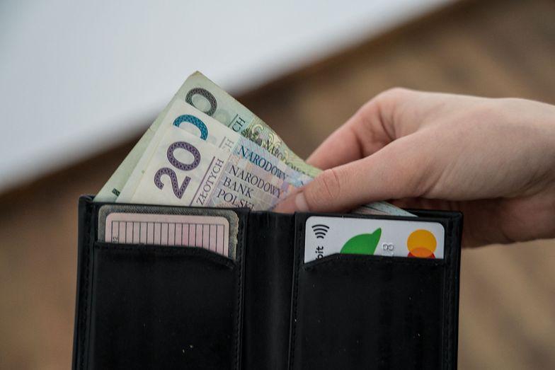 Na przyjemności Polakom zostaje w portfelu mniej niż 600 złotych.