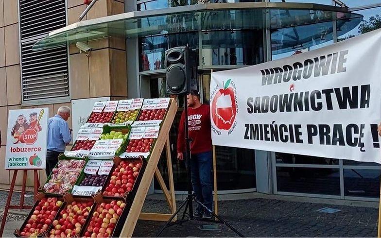 Sadownicy idą na wojnę z Biedronką. Grożą blokowaniem zaopatrzenia do sklepów