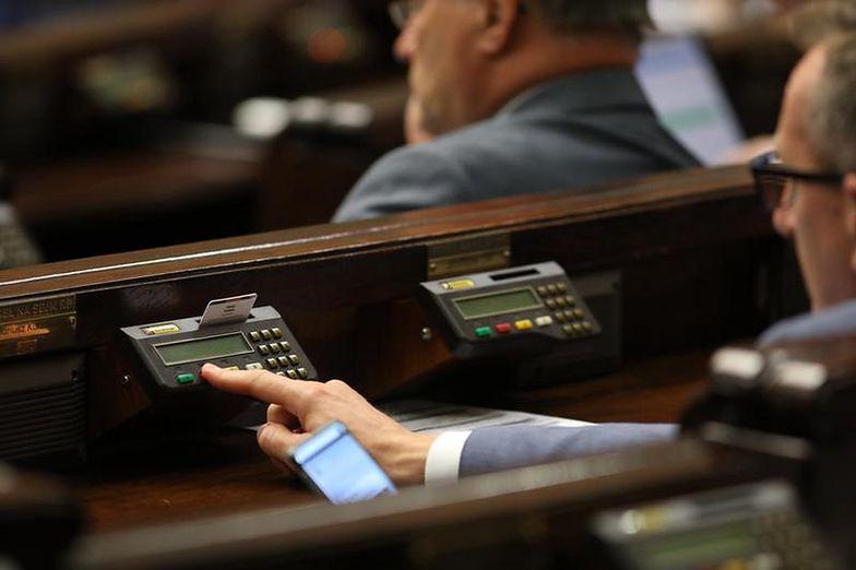 Wynagrodzenia pracowników Sejmu. Polityczny nadzór nad dodatkami