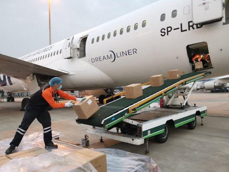 Ze względu na ilość sprzętu medycznego – 57 ton, 470 m3 – zaplanowano w sumie cztery dostawy do Polski.