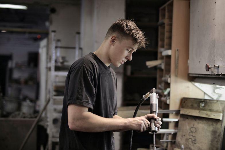 Młodzi potracili pracę. Teraz mogą jej szukać w branży produkcyjnej na niskopłatnych stanowiskach.