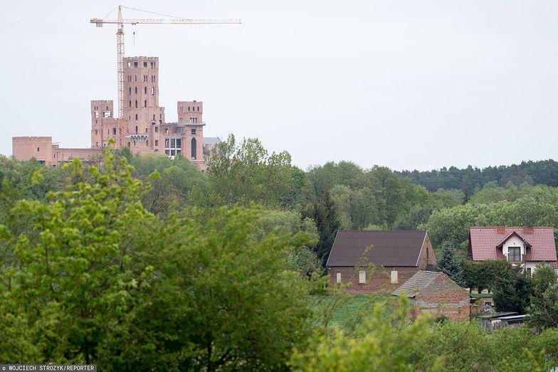 Zamek w Stobnicy to jedna z bardziej kontrowersyjnych inwestycji w kraju. Prokuratura postawiła zarzuty siedmiu osobom