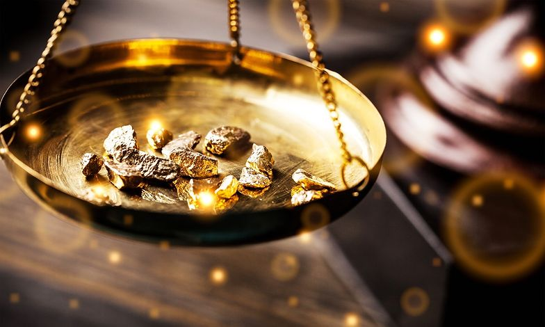 Notowania złota ostrożnie odreagowują czerwcowe straty.