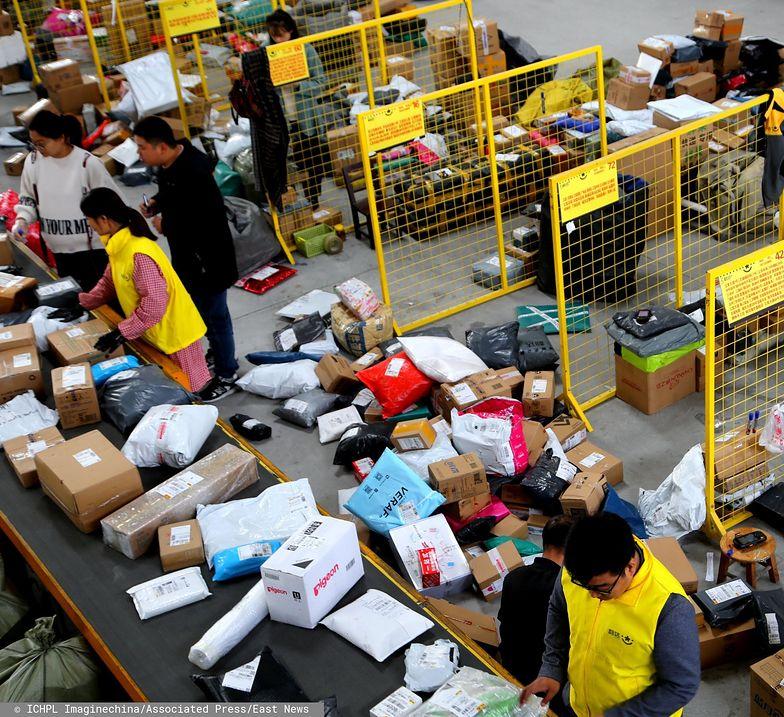 Miliony paczek i listów trafia co roku do Polski z Azji.