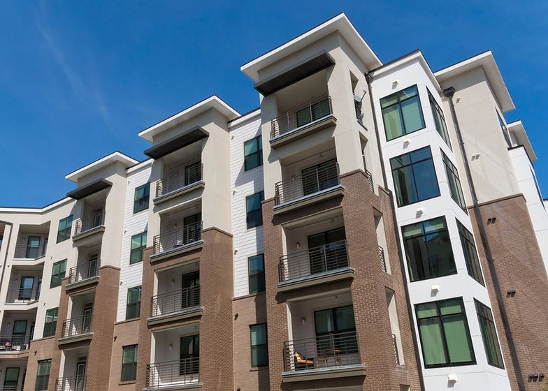 Sprzedaż mieszkań w dół, ale rynek trzyma się twardo - ceny rosną