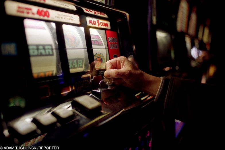 """Hazard. Państwo zaczyna wygrywać z """"jednorękimi bandytami""""."""