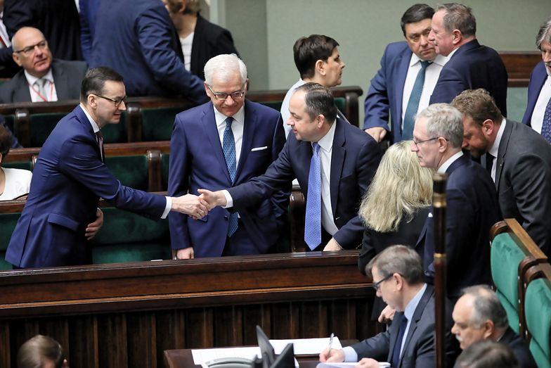 Rząd rozliczony z obietnic. Zostawi Polakom 48 mld zł rocznie
