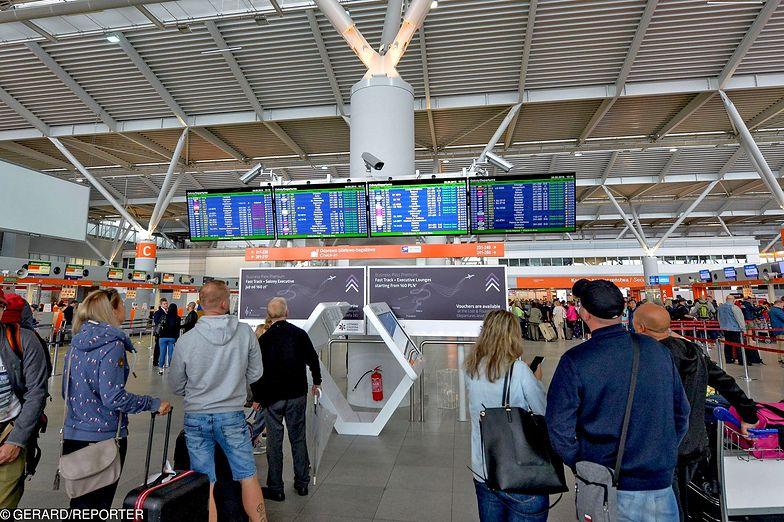 Lotnisko Chopina obsługuje dziś 7 połączeń krajowych i 112 zagranicznych. W ubiegłym roku przez lotnisko przewinęło się aż 17,7 mln pasażerów.