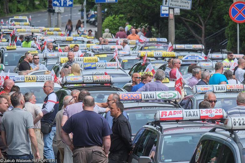 Taksówkarze zablokują warszawskie ulice i drogi dojazdowe do lotnisk, jeśli nie dojdzie do porozumienia z rządem