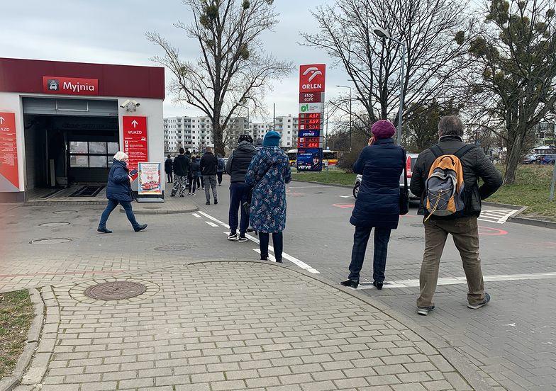 """Żeby kupić płyn od Orlenu, w Warszawie trzeba korzystać z usług profesjonalnych """"staczy kolejkowych""""."""
