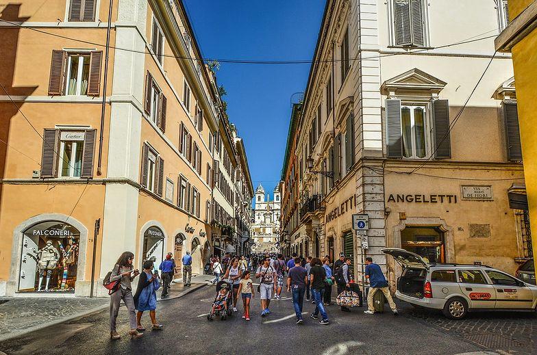 Handlarze w Rzymie oferują maseczki antysmogowe jako ochronne przed koronawirusem z Chin.