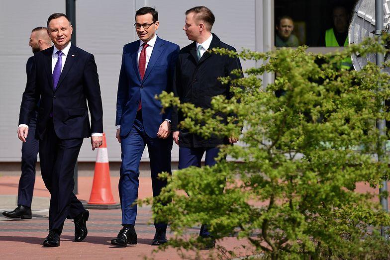Prezydent Andrzej Duda, premier Mateusz Morawiecki oraz prezes zarządu spółki Polskie LNG Paweł Jakubowski