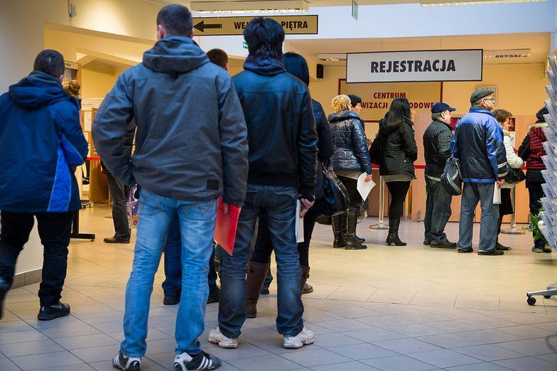 Mimo niskiego poziomu bezrobocia i braku rąk do pracy, w pośredniakach ciągle ustawiają się kolejki.