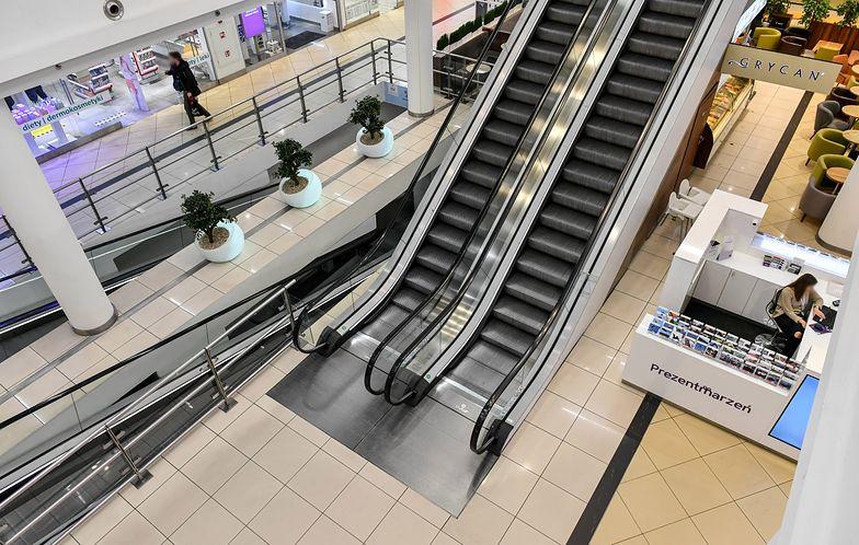 Premier zapewnił, że sklepy i banki nadal będą czynne. Ograniczenia dotyczą centrów handlowych