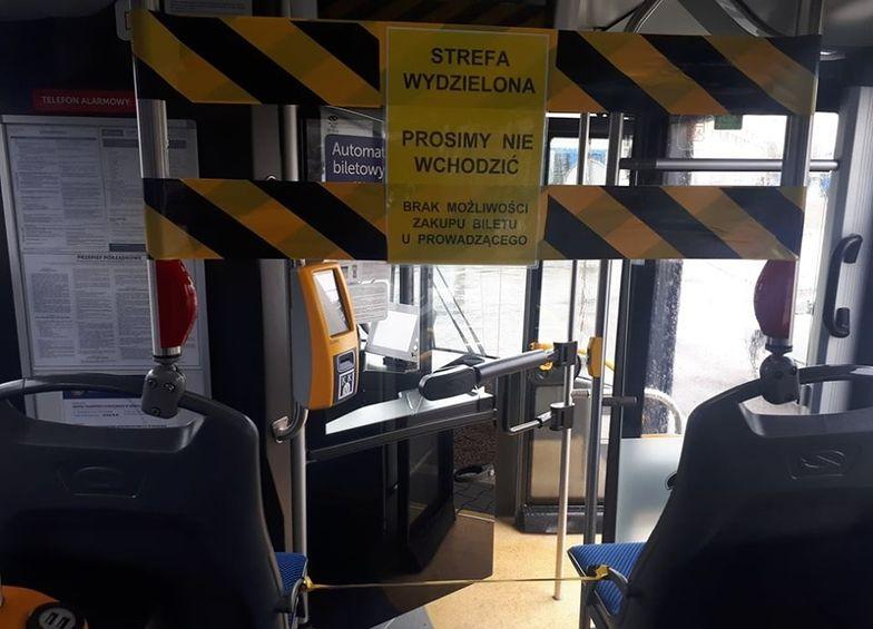 W krakowskich autobusach pasażerom nie wolno korzystać z pierwszych drzwi. To ochrona dla kierującego