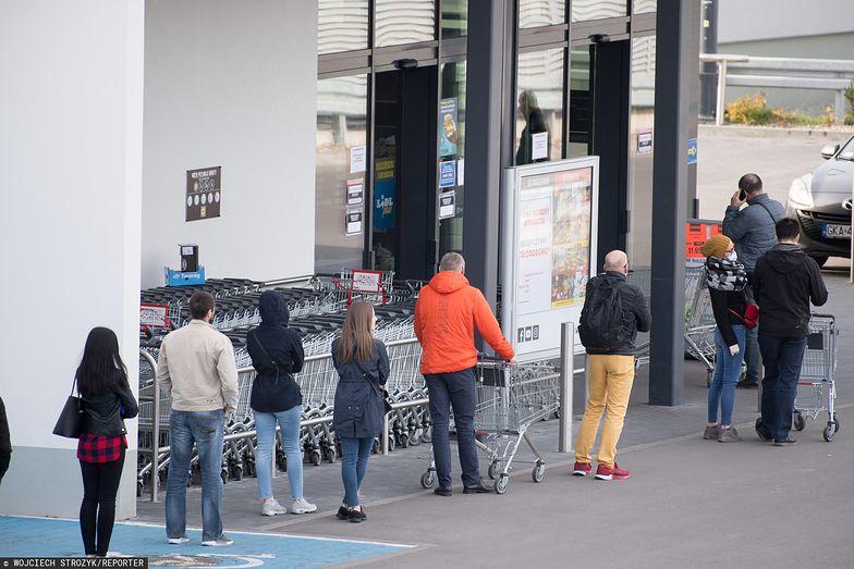 Po wprowadzeniu nowych zasad, pod sklepami ustawiają się gigantyczne kolejki. Były też przed świętami