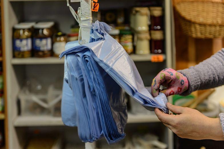 Nowe przepisy dotyczą nawet najdrobniejszych sklepikarzy. Wszystko przez tzw. foliówki.