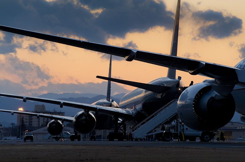 Młody mężczyzna tuż przed lotem wrzucił kilka juanów do silnika maszyny Lucky Air.