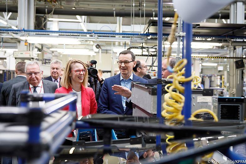 Premier Morawiecki w trakcie wizyty w fabryce firmy Amica.