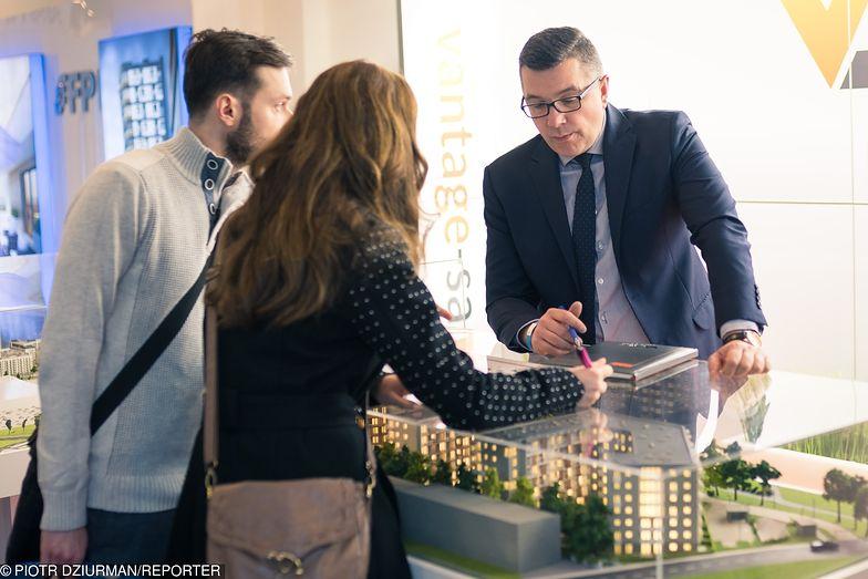 Istnieją różne modele wynagradzania pośrednika przez sprzedającego mieszkanie czy dom.