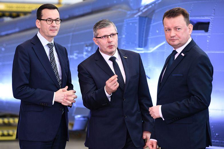 Premier Mateusz Morawiecki, prezes PZL Mielec Janusz Zakręcki i szef MON Mariusz Błaszczak - wydają się zadowoleni z podpisanego kontraktu.