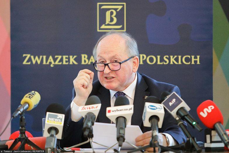 """Krzysztof Pietraszkiewicz przedstawił najnowsze dane dotyczące zainteresowania """"wakacjami kredytowymi""""."""