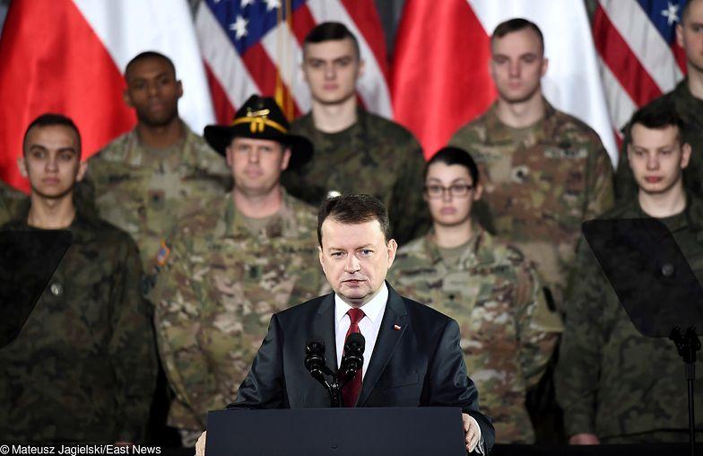 Mariusz Błaszczak podczas spotkania z wiceprezydentem USA Michaelem Pencem i amerykańskimi żołnierzami w Warszawie.