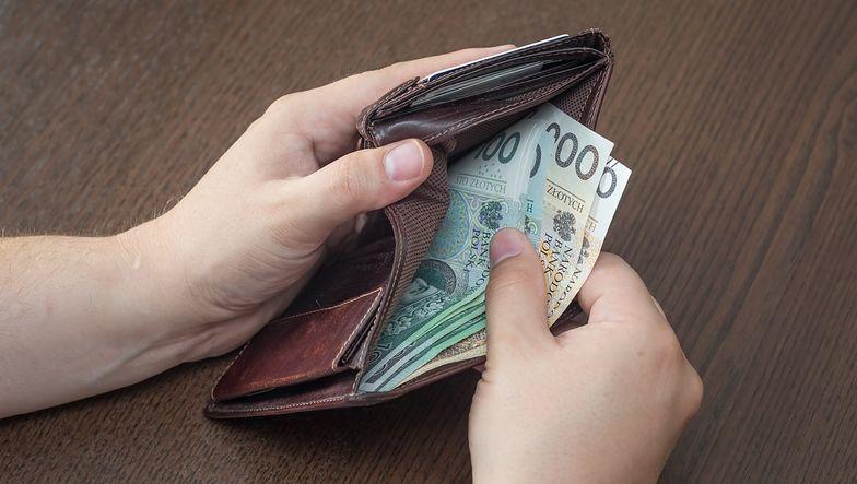 Około 20 zł wystarczy, by kupić jedną stronę pracy dyplomowej. Całość to zwykle koszt powyżej tysiąca złotych.