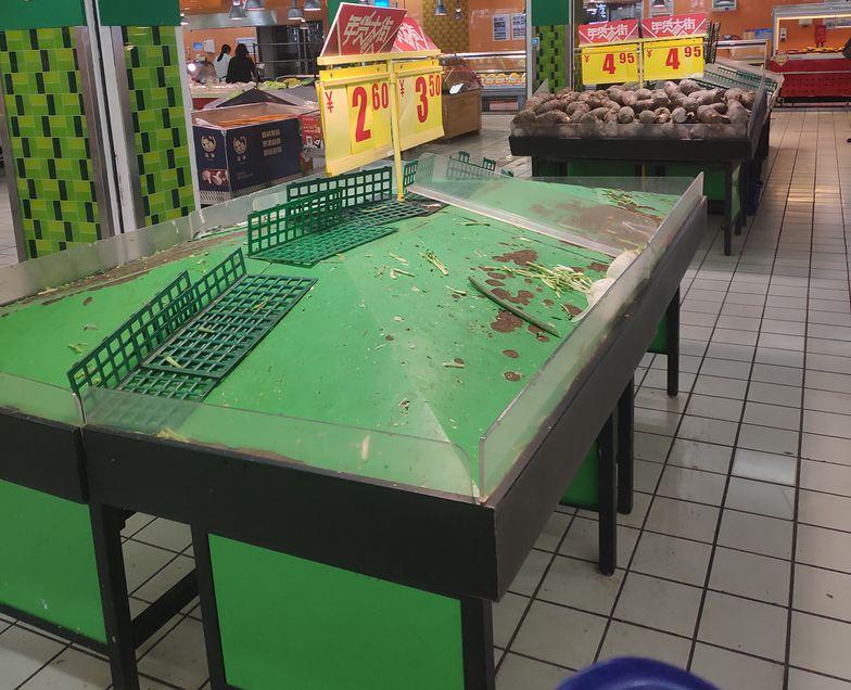 Towary w dużych sklepach jest natychmiast wykupowany. Małe są zamknięte.