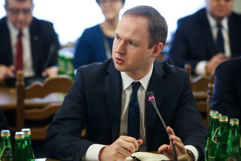 Marek Chrzanowski usłyszał zarzuty przekroczenia uprawnień i działania na szkodę interesu publicznego państwa w celu osiągnięcia korzyści osobistej.