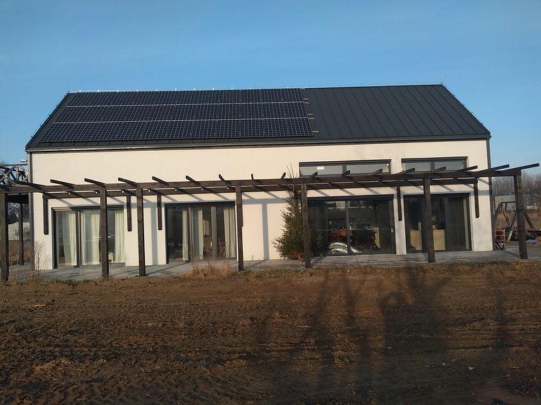 """Dwa lata temu w domu zeroenergetycznym zamieszkał Ireneusz Kocon. Całą inwestycję określa jako """"projekt romantyczny""""."""