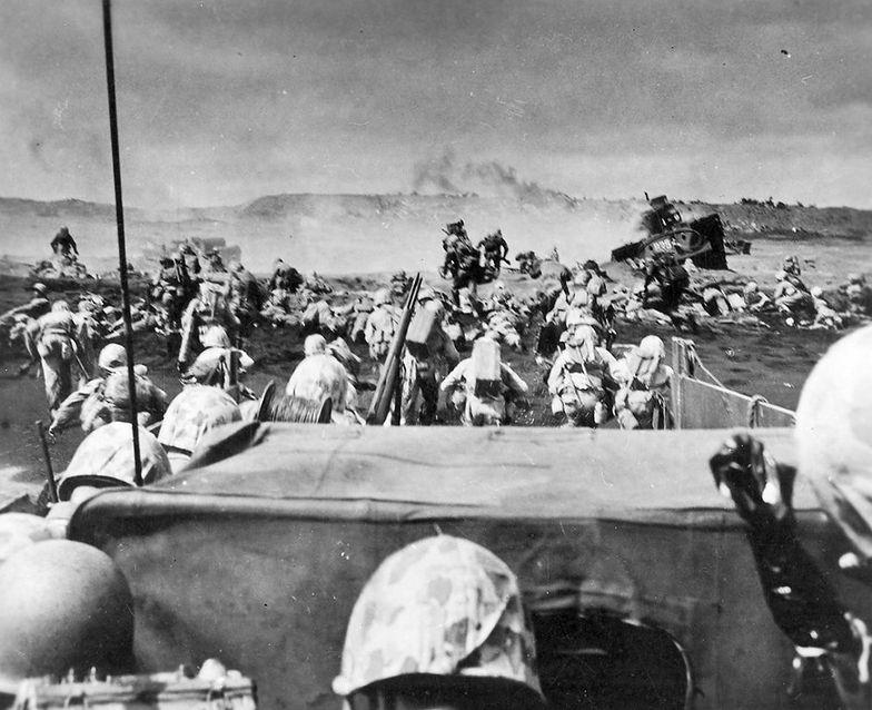 Marines lądujący na wyspie Iwo Jima