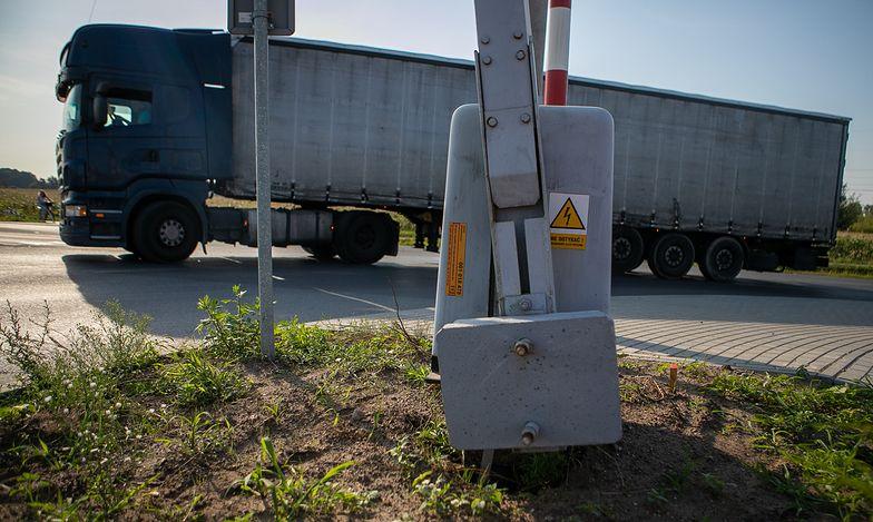 """Szlaban na ryzyko! Na przejazdach kolejowo-drogowych nie ma """"późnego żółtego światła"""""""