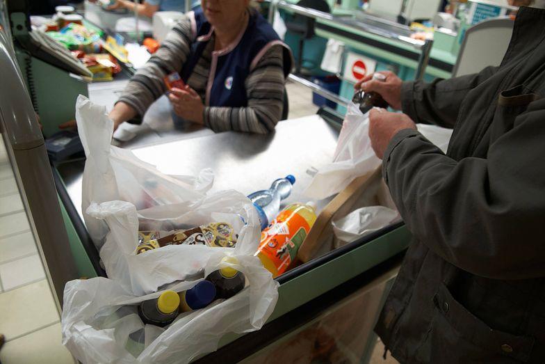 Sieci handlowe skwapliwie skorzystały z furtki, jaką pozostawiono w przepisach o opłacie recyklingowej.