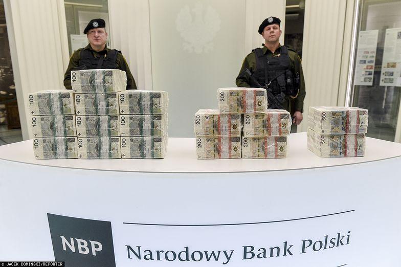 Banknotów coraz więcej i dłużej zostają w obiegu.