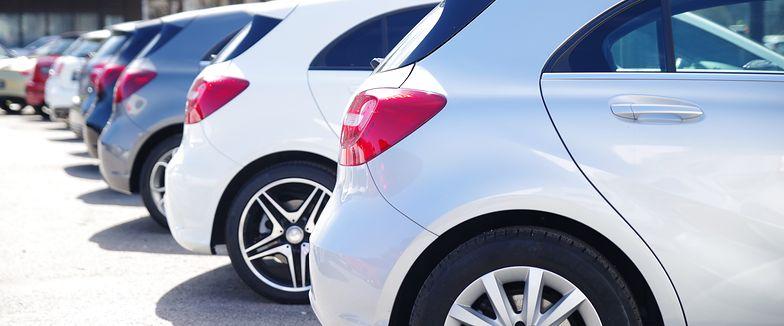 Koszty wynajmu samochodu a koszty poruszania się komunikacją publiczną