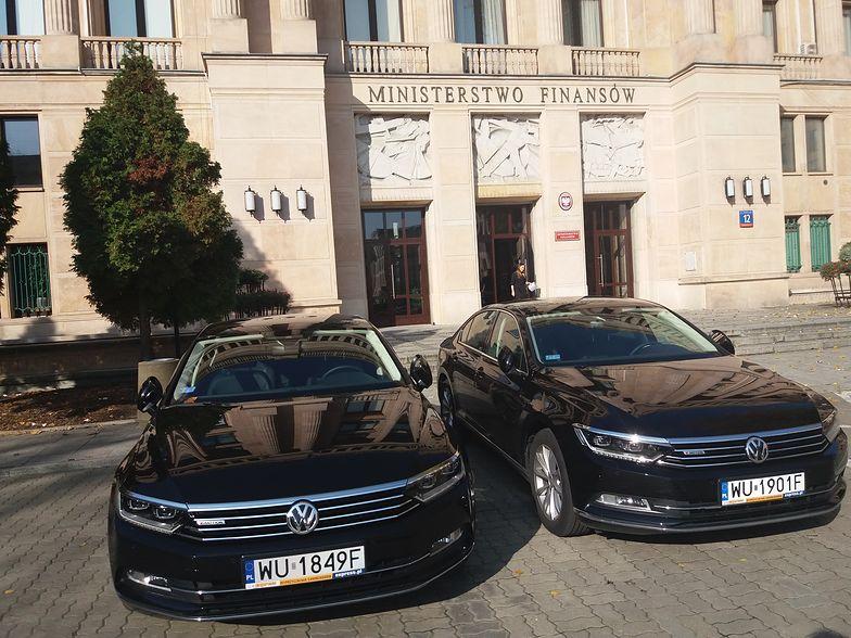 Samochody przed ministerstwem finansów
