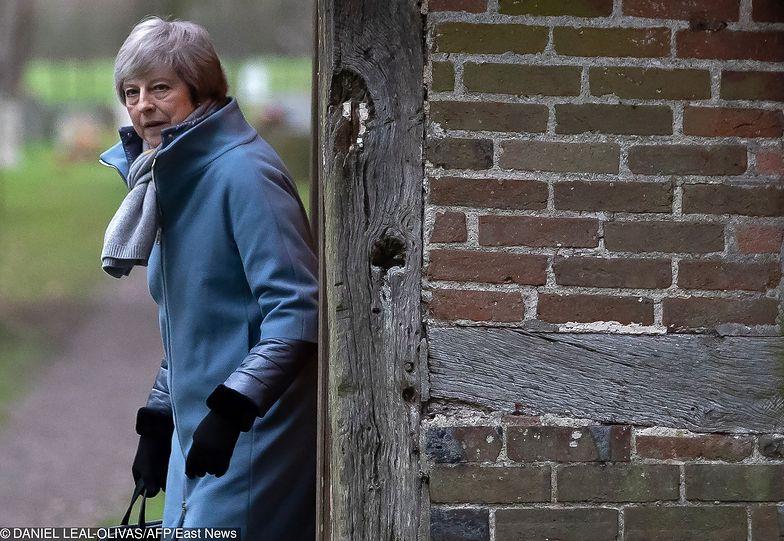 Brytyjska premier po środowym głosowaniu w Izbie Gmin zachowała swoją posadę