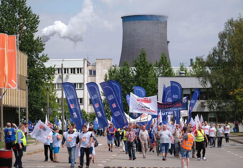 Ponad tysiąc protestujących zebrało się dzisiaj pod siedzibą ArcelorMittal w Dąbrowie Górniczej.
