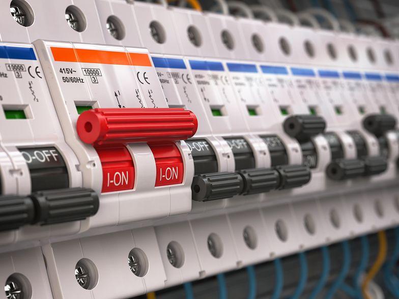 Ceny prądu w 2020 r. dla klientów PGE, Energi i Enei wciąż nie są znane.