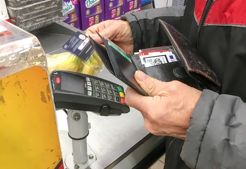Ludzie, zamiast w sklepach, coraz częściej robią zakupy w internecie