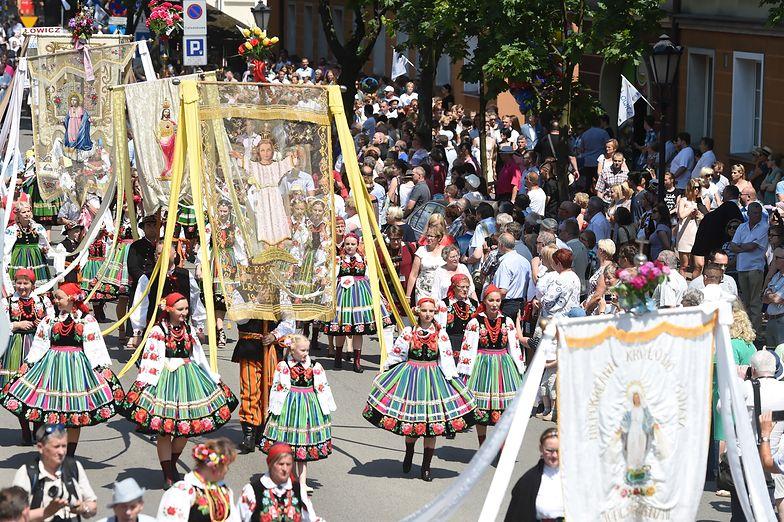 Boże Ciało - jedno z najważniejszych świąt w Kościele katolickim. Procesja w Łowiczu (2018 r.)