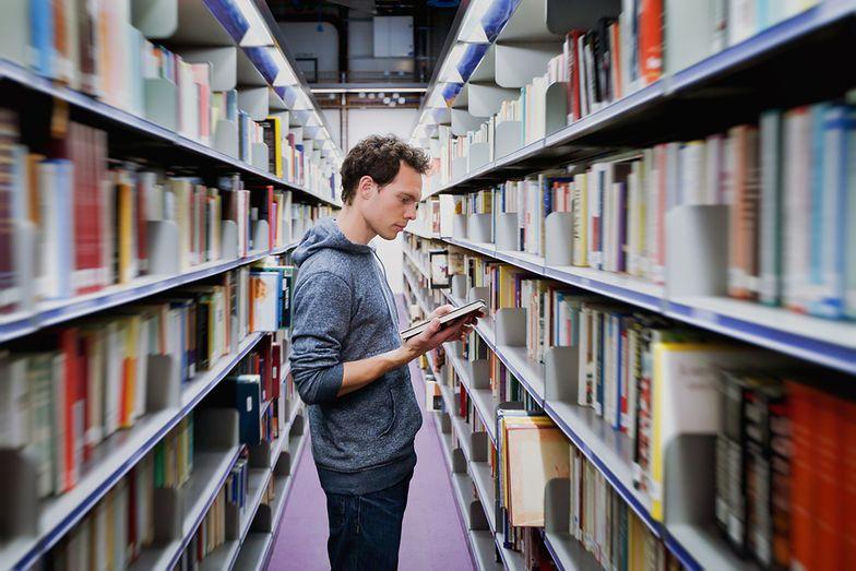 Student w bibliotece to coraz rzadszy widok. Dziś studentów łatwiej znaleźć w pracy