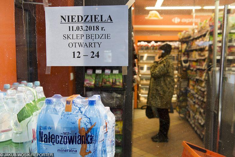 Według Biura Analiz Sejmowych na zakazie straciły mniejsze sklepy.