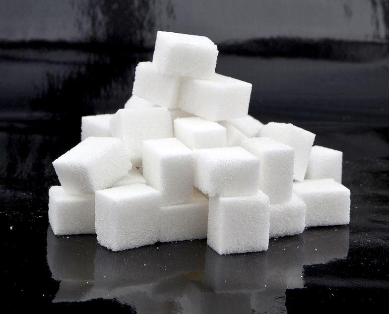 Za produkty z cukrem Polacy mają zapłacić więcej, co ma zniechęcić nas do ich zakupienia.