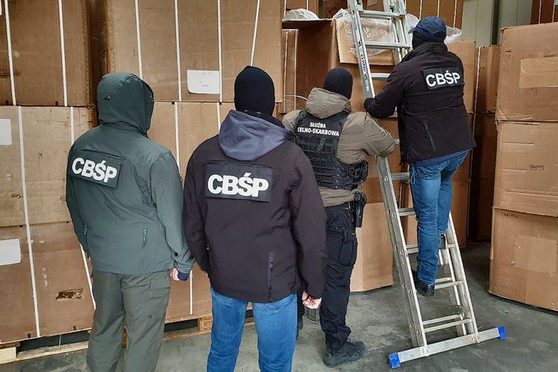 W nielegalnym składzie policja znalazła 456 kartonów z blisko 70 tonami wysokiej jakości suszu tytoniowego.