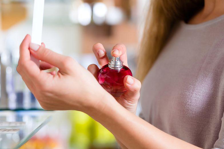 Francuska policja zatrzymała już 16 osób w związku z przemytem i podrabianiem perfum.