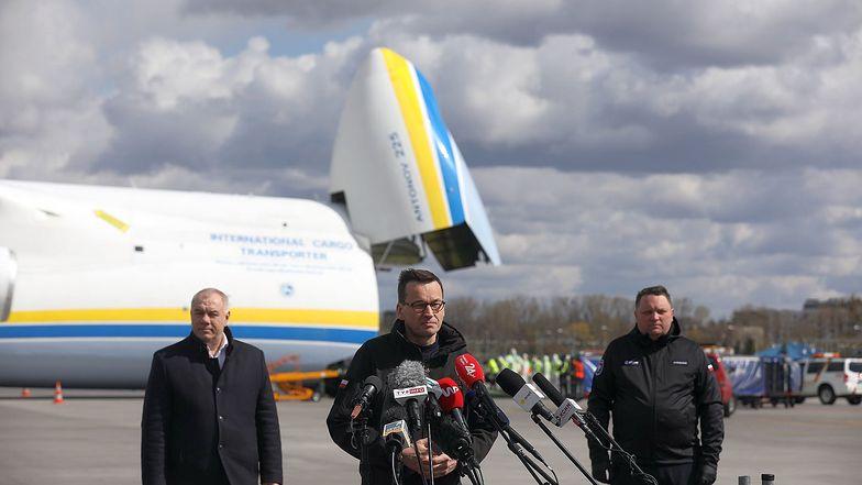Premier Mateusz Morawiecki wskazał, że z Chin przybyło do Polski ok. 80 ton sprzętu medycznego.